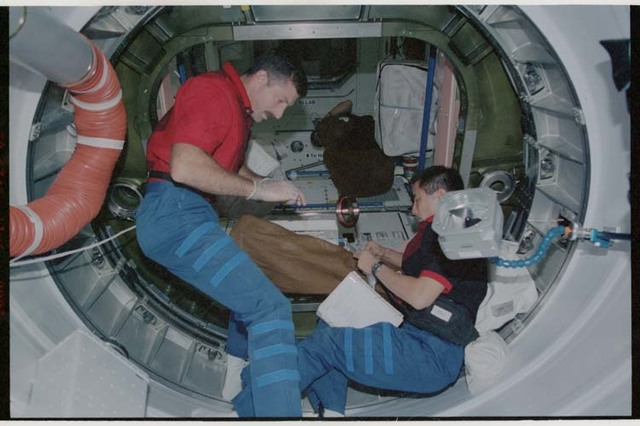 STS106-319-012 - STS-106 - MS Burbank and MS Lu work in PMA1 during STS-106