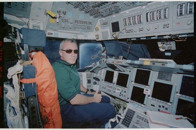 STS106-323-021 - STS-106 - Wilcutt poses wearing sunglasses at the commander's workstation