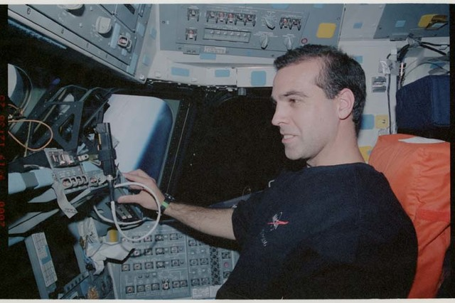 STS106-325-020 - STS-106 - MS Mastracchio at the pilot's workstation during STS-106