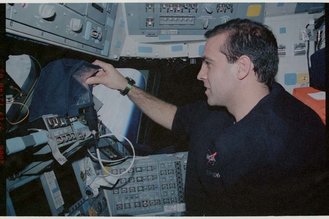 STS106-325-023 - STS-106 - MS Mastracchio at the pilot's workstation during STS-106