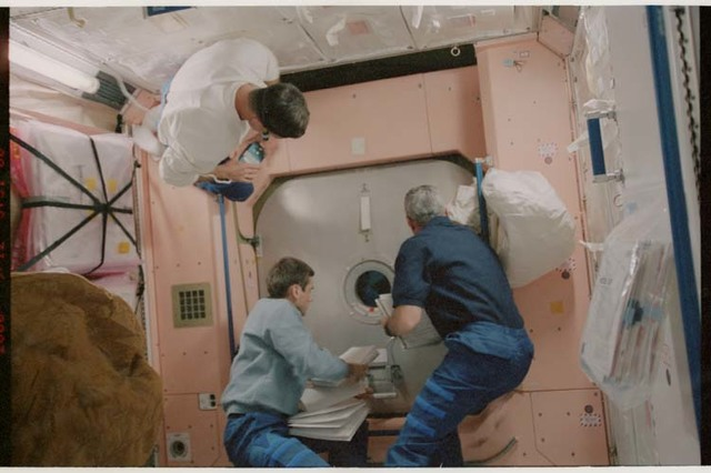 STS106-370-012 - STS-106 - Lu, Wilcutt & Malenchenko do ingress procedures in Node 1 during STS-106
