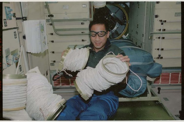STS106-370-033 - STS-106 - MS Lu works with the ventilation ducts in Zvezda during STS-106