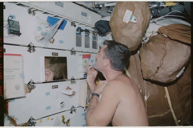 STS106-372-003 - STS-106 - MS Burbank shaves on the middeck during STS-106