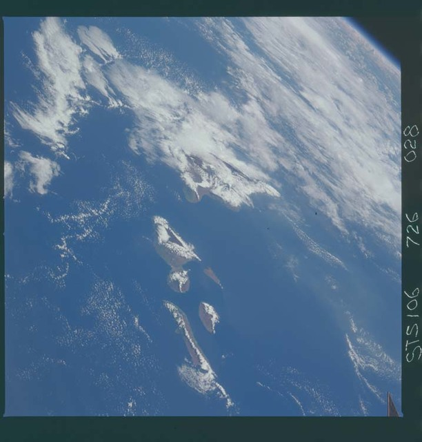 STS106-726-028 - STS-106 - The Hawaiian Island chain taken from Atlantis during STS-106.
