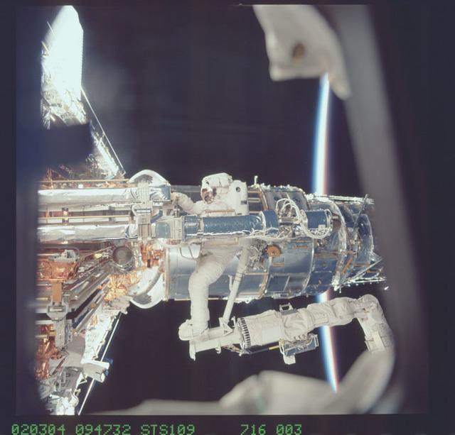 STS109-716-003 - STS-109 - EVA 1 - Linnehan unpacks new Solar Array