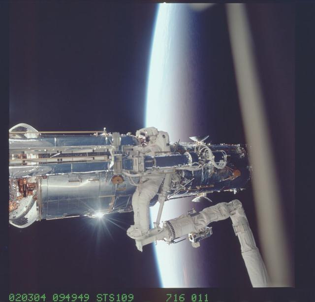 STS109-716-011 - STS-109 - EVA 1 - Linnehan unpacks new Solar Array