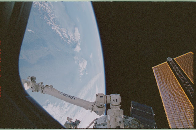 STS111-358-003 - STS-111 - SSRMS,Earth's limb,and tip of the port PV array as seen during STS-111 UF-2