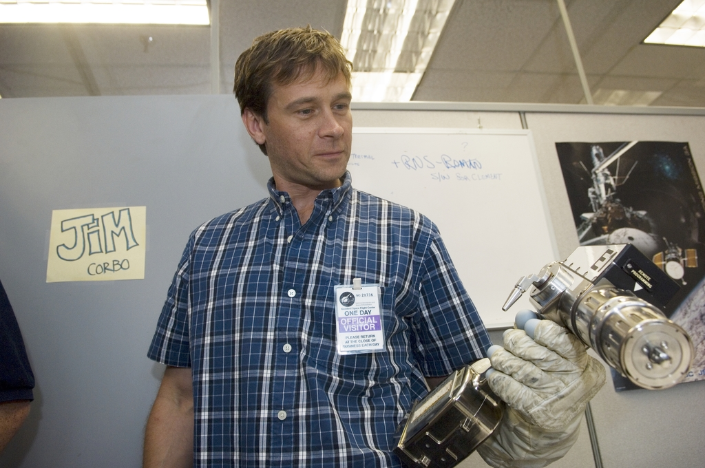 CONNOR TRINNEER (STAR TREK ACTOR TOUR HUBBLE FACILITY IN BUILDING 29