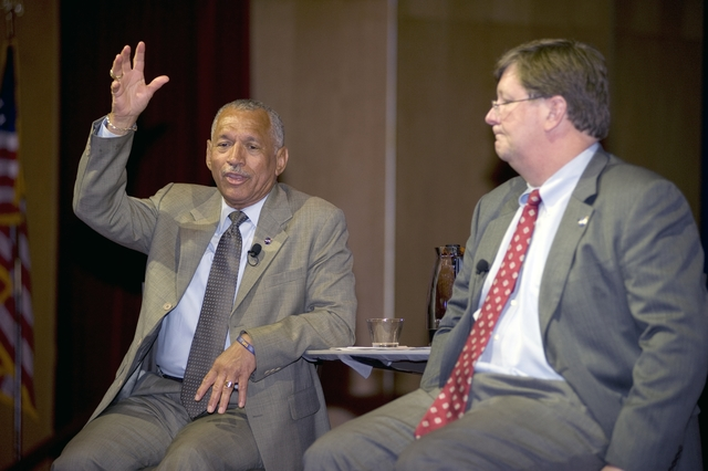 NASA ADMINISTRATOR CHARLES BOLDEN VISIT WITH GODDARD CENTER DIRECTOR ROBERT STRAIN AT ALL HANDS