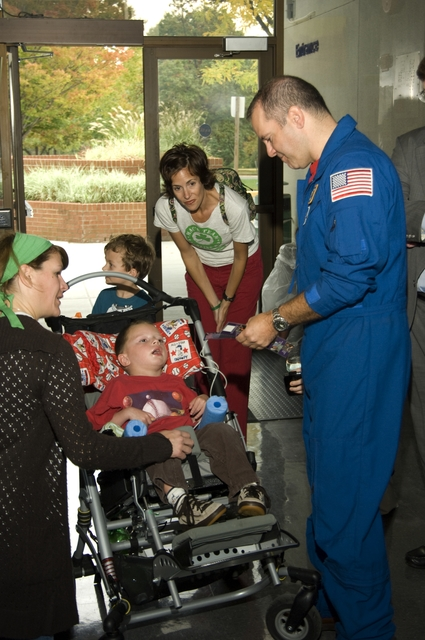 SPECIAL NEEDS CHILD CORMAC MURRAY MEETS ASTRONAUT PAUL RICHARDS AND GSFC CENTER DIRECTOR ROB STRAIN