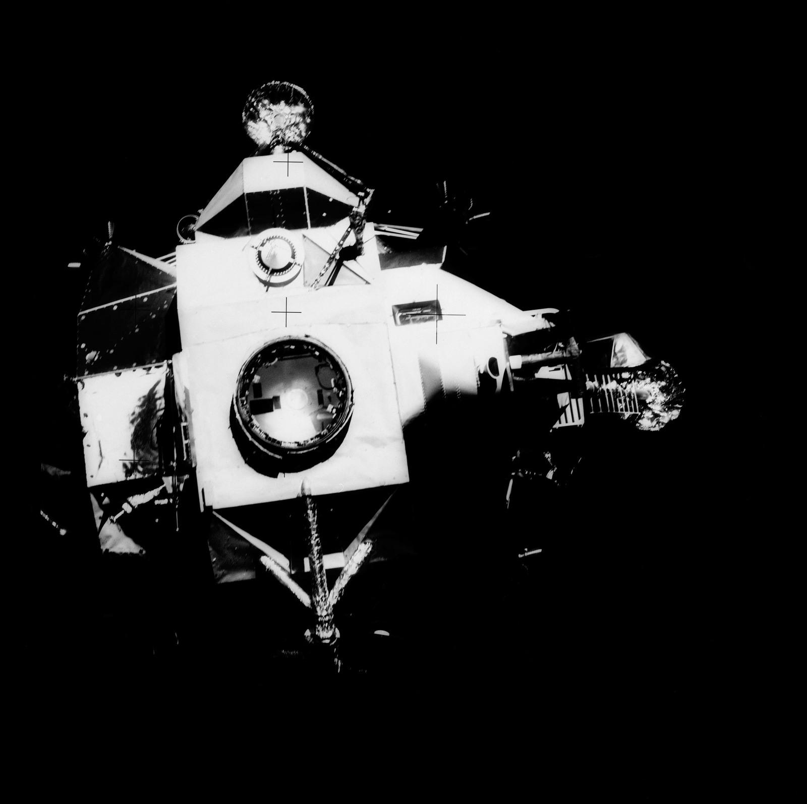 AS13-59-8562 - Apollo 13 - Apollo 13 Missionsbild - Ansicht des Mondmoduls  (LM), das sich vom Command Service Modul (CSM) trennt. - U.S. National  Archives & DVIDS Public Domain-Suche