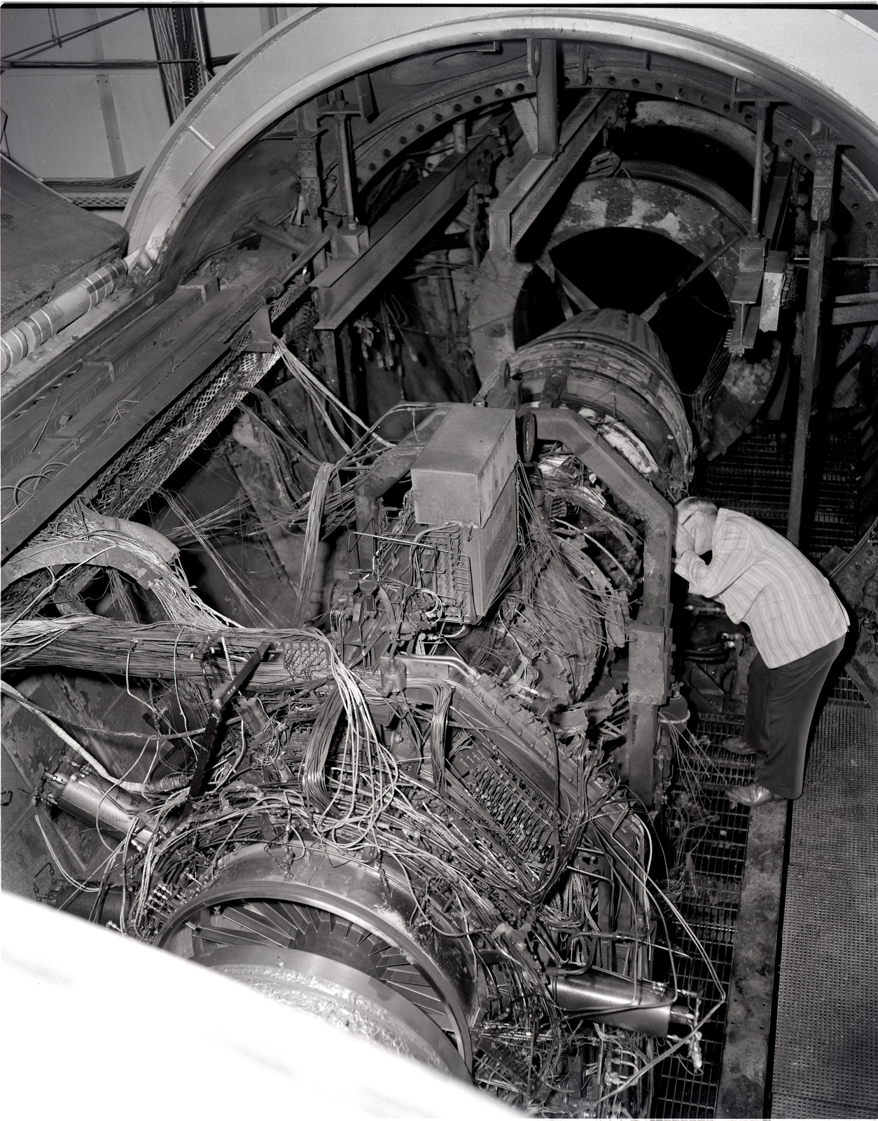 DESTRUCTIVE ENGINE FAILURE OF F-100 AT THE PROPULSION SYSTEMS LABORATORY SHOP AND ACCESS PSLSA