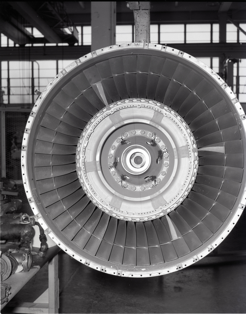 F-100 DOWNSTREAM END OF FAN AND FIRST STAGE ROTOR SECTION DAMAGE