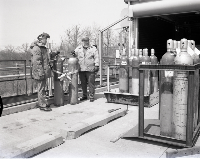 USE OF SAFETY GEAR BY CRYOGENIC PERSONNEL