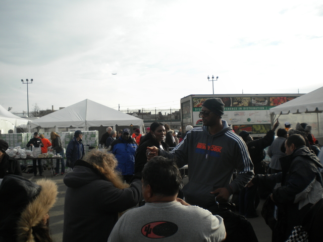 Rockaway, N.Y., Nov. 22, 2012 -- John Wallace of the New York Knicks basketball team, visited the Rockaway Disaster Recovery Center in Rockaway, New York. During his visit, he distributed coats, hats, diapers, cleaning supplies and comfort kits to Hurricane Sandy survivors. Photo By Geralda Calixte/FEMA